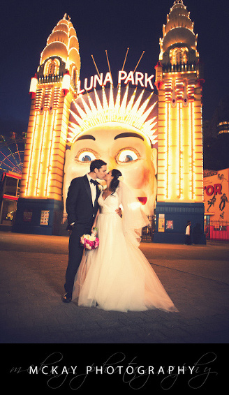 wedding photo Luna Park smiley face